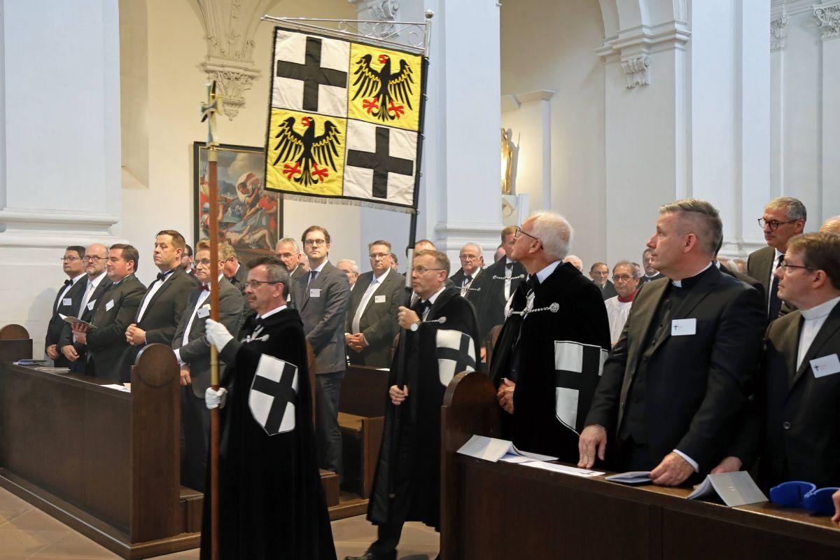 Mit rund 350 Gläubigen feierte Bischof Dr. Franz Jung eine Pontifikalvesper im Neumünster anlässlich der Feier der Investitur des Deutschen Ordens.