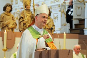 Bischof Dr. Franz Jung betrachtete in seiner Predigt die unterschiedlichen Bedeutungen des Einkleidens.