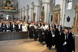 Pontifikalgottesdienst zur Investitur von 32 Neufamiliaren des Deutschen Ordens im Kiliansdom.