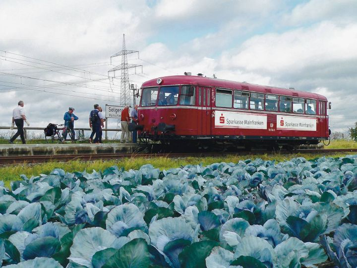 Rollendes Denkmal Mainschleifenbahn: Die Fahrt  beginnt in unmittelbarer Nachbarschaft vonGemüseäckern.