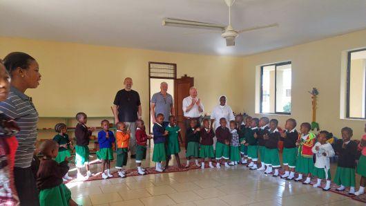 Besuch in der Primary School der Erlöserschwestern in Dar es Salaam (von links): Pfarrer NIkolaus Hegler, Klaus Veeh vom Referat Mission-Entwicklung-Frieden und Weihbischof Ulrich Boom.