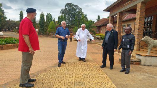 Benediktinerpater Luzius Marquardt (Mitte) führt die Gäste aus Deutschland durch die Abtei in Peramiho (von links): Pfarrer Nikolaus Hegler, Klaus Veeh vom Referat Mission-Entwicklung-Frieden und Weihbischof Ulrich Boom.