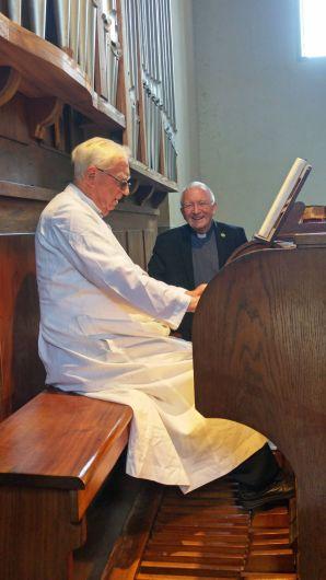 Benediktinerpater Luzius Marquardt spielt für Weihbischof Ulrich Boom auf der Pfeifenorgel in der Abteikirche in Peramiho.