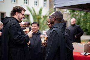 Mönche der Abtei Münsterschwarzach im Gespräch mit den internationalen Gästen.