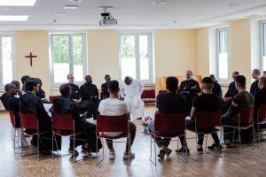 Die Mönche aus aller Welt trafen in der Abtei auch junge Flüchtlinge, die dort betreut werden.