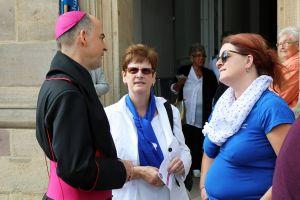Nach dem Gottesdienst nahm sich Bischof Dr. Franz Jung Zeit für persönliche Gespräche.