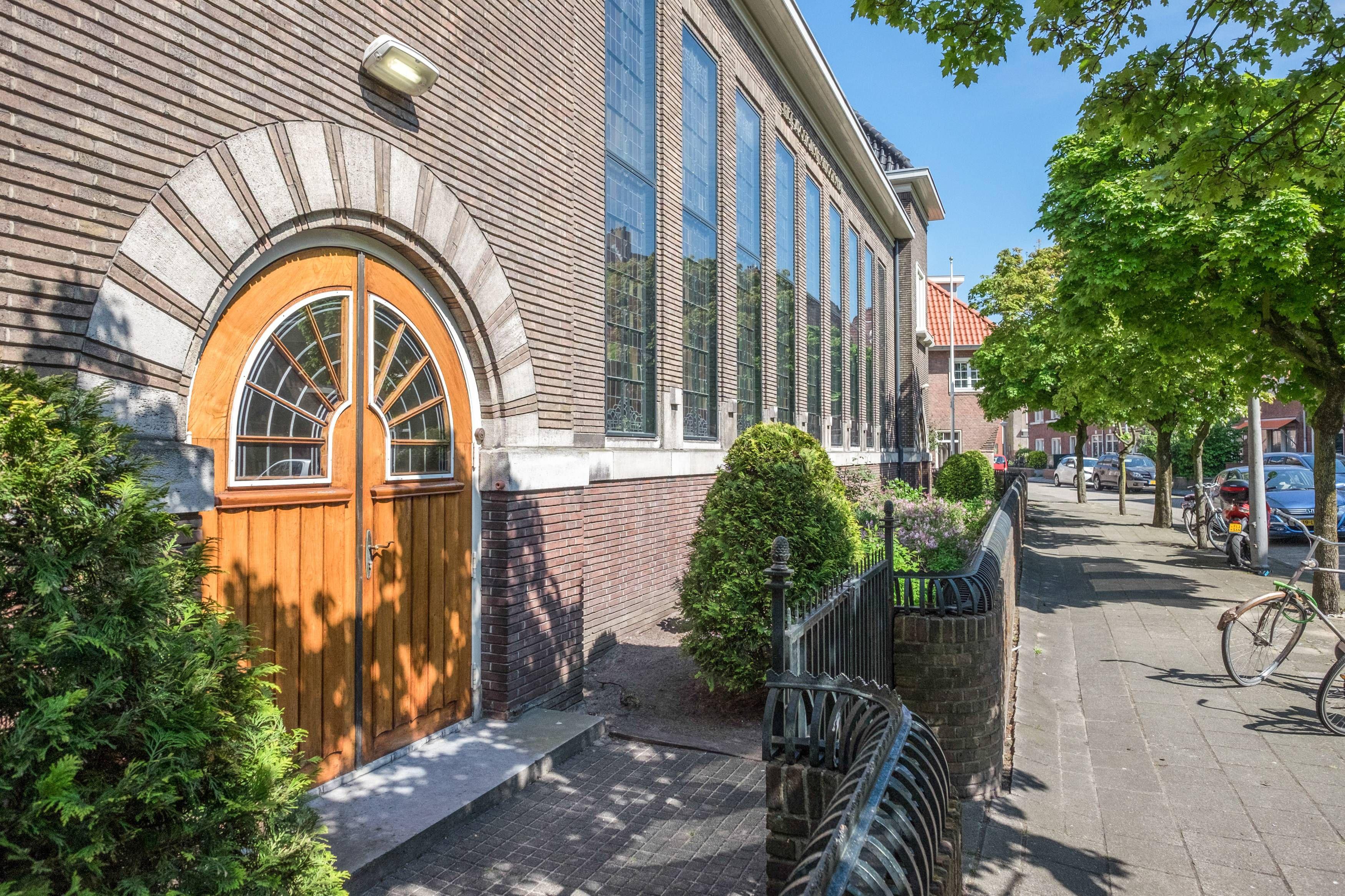 Der Eingang der ehemaligen Morgensternkirche, die Ende der 1990er Jahre zu einem Wohnhaus mit 16 Wohnungen umgebaut wurde, am 11. Mai 2017 in Wormerveer in den Niederlanden.
