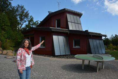 Bildungsreferentin Christiane Jakob-Seufert führt Schulklassen durch das Energiehaus des Schullandheimes und Jugendhauses Thüringer Hütte.