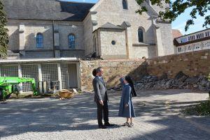 Die Kirche soll ins Zentrum des Areals rücken: Schwester Monika Edinger, Generaloberin der Erlöserschwestern, und Geschäftsführer Martin Stapper stehen auf dem bisherigen Parkplatz der Kongregation.