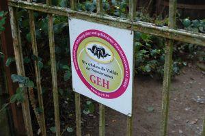 """Seit 2019 tragen die Hocks als Wollschweinzüchter das Prädikat der GEH, der """"Gesellschaft zur Erhaltung alter und gefährdeter Haustierrassen"""". Hier das Schild mit dem GEH-Vereinslogo am Hoftor."""