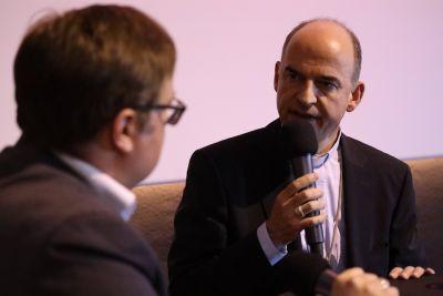 Bischof Dr. Franz Jung (rechts) im Gespräch mit BR-Journalist Christian Wölfel.