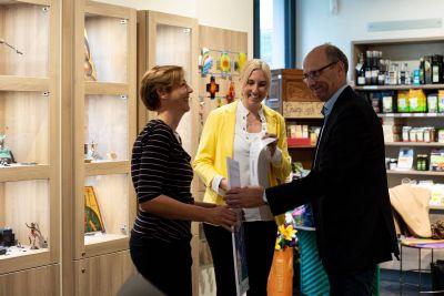 """Zur Ausezichnung gratulieren Nadine Dötsch (links), Leiterin der Buchhandlung """"Buch und Kunst im Klosterhof"""" , Staatssekretärin Anna Stolz und Dr. Klaus Beckschulte vom Börsenverein."""