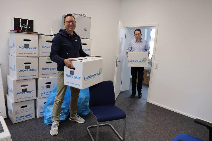 Professor Dr. Martin Stuflesser (links) und sein wissenschaftlicher Mitarbeiter Tobias Weyler packen beim Umzug mit an.