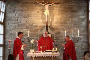 Domkapitular Christoph Warmuth (Mitte) feierte den letzten Gottesdienst in der Pilgerhofkirche gemeinsam mit Pfarrer Dr. Eugen Daigeler (links) und Pfarrer Richard Englert.
