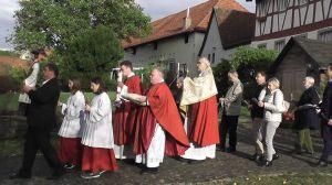 In einer Prozession wurden das Allerheiligste, die Altarkerzen und die Statue des Seligen in die Pfarrkirche übertragen.