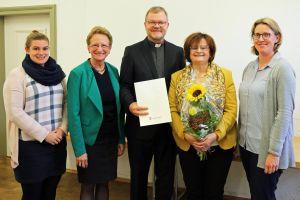 Gratulierten Margit Rotter (2. von rechts), Geschäftsführerin des Diözesanbüros Würzburg, zum 40. Dienstjubiläum (von links): Elisabeth Schulz von der MAV, Dekanatsratsvorsitzende Helga Neudert, Stadtdekan Domkapitular Dr. Jürgen Vorndran und Pastoralreferentin Christine Steger.