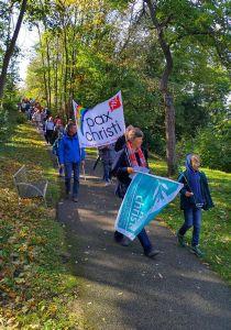 """Rund 60 Personen nahmen am diesjährigen Friedensweg von """"pax christi"""" in Würzburg teil."""