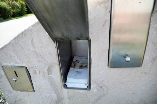 In einem Steinblock bei der ersten Station findet man Faltblätter mit Informationen zum Kreuzweg.