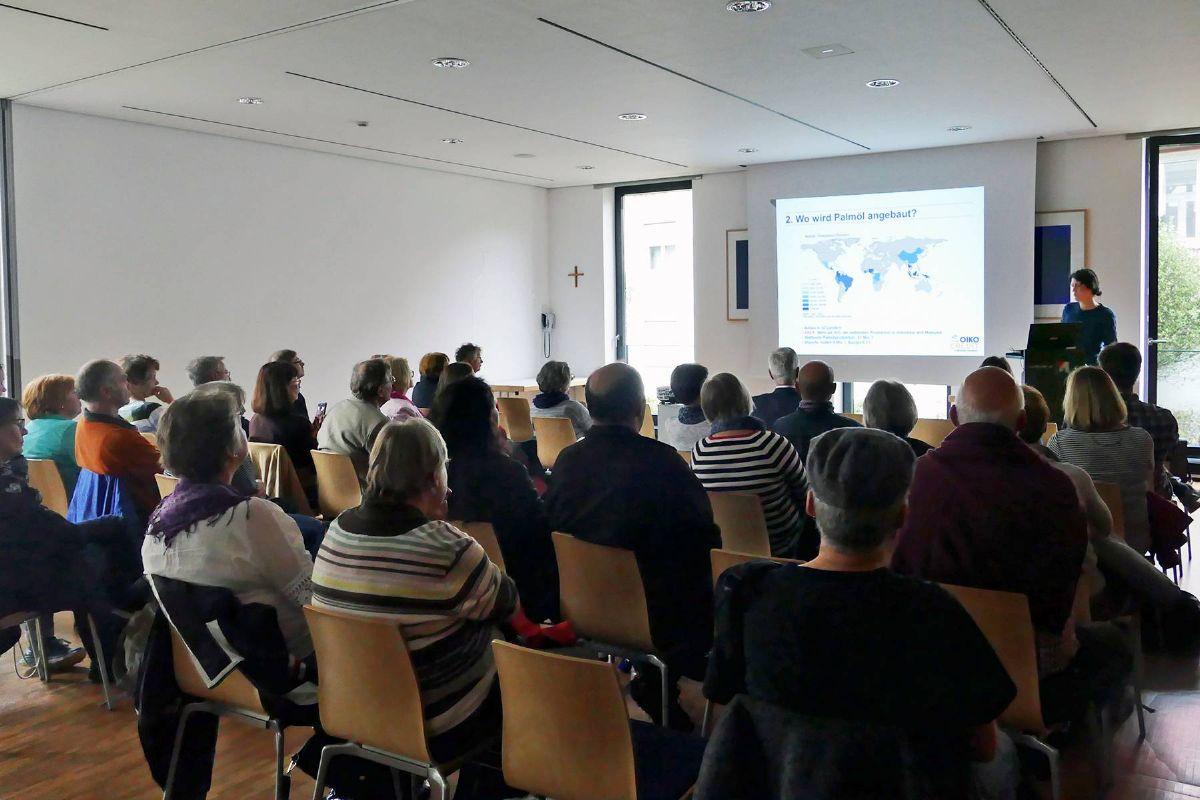 """Groß war das Interesse am Vortrag zum Thema """"Palmöl"""" von Ines Pyko von Oikocredit Bayern."""