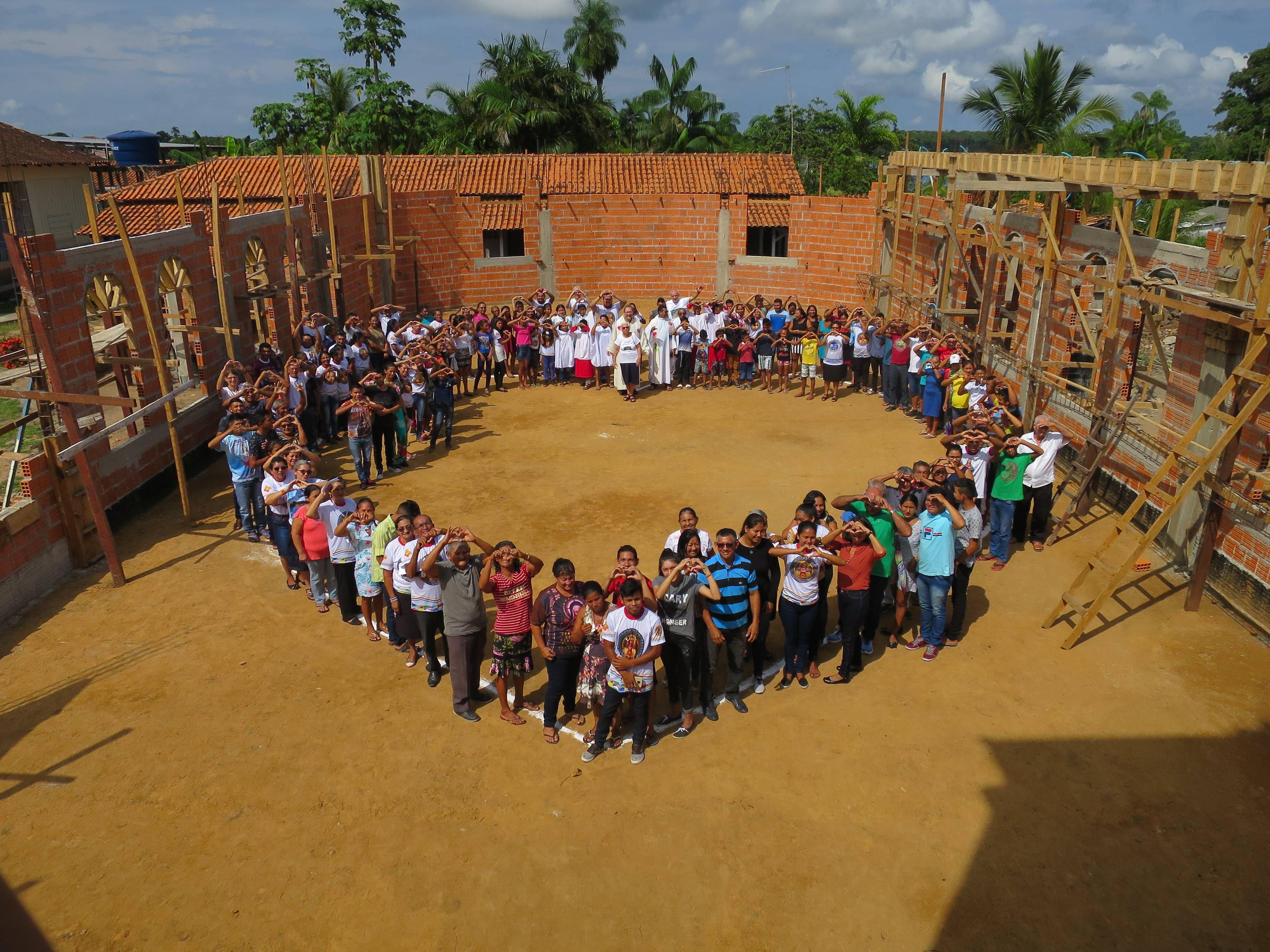 Nach dem Partnerschaftsgottesdienst stellten sich alle in der Kirchenbaustelle zu einem Herz auf. Die Kirche wird derzeit vergrößert, da sie die große Anzahl der Gläubigen nicht mehr fassen konnte