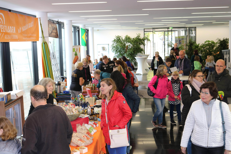 Großes Interesse beim Amazonas-Erlebnistag im Martinushaus: Wie hier am Stand des mitveranstaltenden Weltladens informierten sich die Besucher über fair gehandelte und umweltschonend angebaute Produkte.