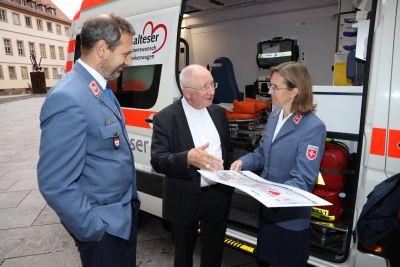 Aus den Händen von Weihbischof Ulrich Boom (Mitte) nahmen Joachim Gold und Heike Fleischmann von den Maltesern einen Scheck über 25342,92 Euro für den Herzenswunsch-Krankenwagen entgegen.