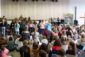 Der Unterstufenchor der Maria-Ward-Schule Würzburg sang für den Gast aus Mbinga Gospels.