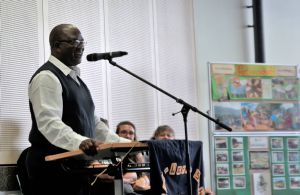 Father Lukas Komba aus dem tansanischen Partnerbistum Minbga berichtete an der Maria-Ward-Schule Würzburg über das Leben in seiner Heimat und beantwortete zahlreiche Fragen der Schülerinnen.