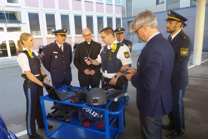 Bei der Polizeiinspektion Würzburg-Stadt zeigten Beamte Bischof  Dr. Franz Jung (3. von links) die neue Schutzausrüstung bayerischer Polizisten.