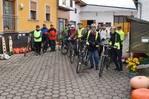 Start der Fahrradtour für Männer der KLB am Kürbishof Keller in Eßleben.