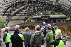 Zog alle Blicke der Freizeitradler auf sich: Das neue Dach über den Sitzplätzen der Freilichtbühne in Sömmersdorf.