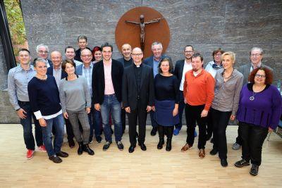 """Bischof Dr. Franz Jung  (Mitte) traf die Mitglieder der Arbeitsgruppe """"Supervision und Coaching"""" im Würzburger Kilianshaus."""
