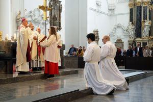 Bei einem Gottesdienst im Würzburger Kiliansdom weihte Bischof Dr. Franz Jung Robert Gerber und Thomas Wolf zu Ständigen Diakonen.