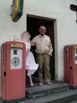 Wer lächelt schöner – Schauspielikone Marilyn Monroe oder Heinz Braunreuther, der Leiter des Nostalgiemuseums Burgpreppach.