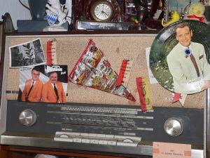 Ja, so war das: Ehrennadeln, Sportabzeichen der Kinder und Eintrittsfähnchen von Jubiläumsfesten steckte man früher gerne an den Stoffvorhang des Radioapparats.