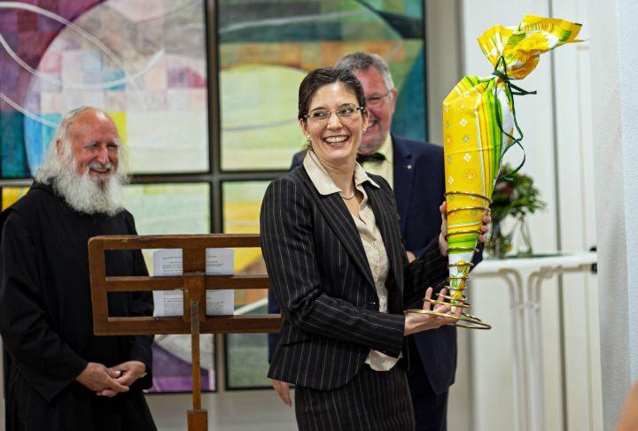 Dr. Corinna Paeth übernahm offiziell die Leitung des Recollectio-Hauses. Im Hintergrund Pater Dr. Anselm Grün (rechts), Mitbegründer der Einrichtung, und Paeths Vorgänger Dr. Ruthard Ott.