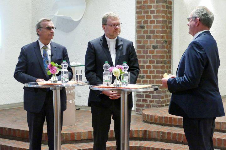 Oberkirchenrat Michael Martin, Domkapitular Dr. Jürgen Vorndran und Dekan Rudi Rupp (von links) beim Paulusgespräch 2019 in der Aschaffenburger Pauluskirche.