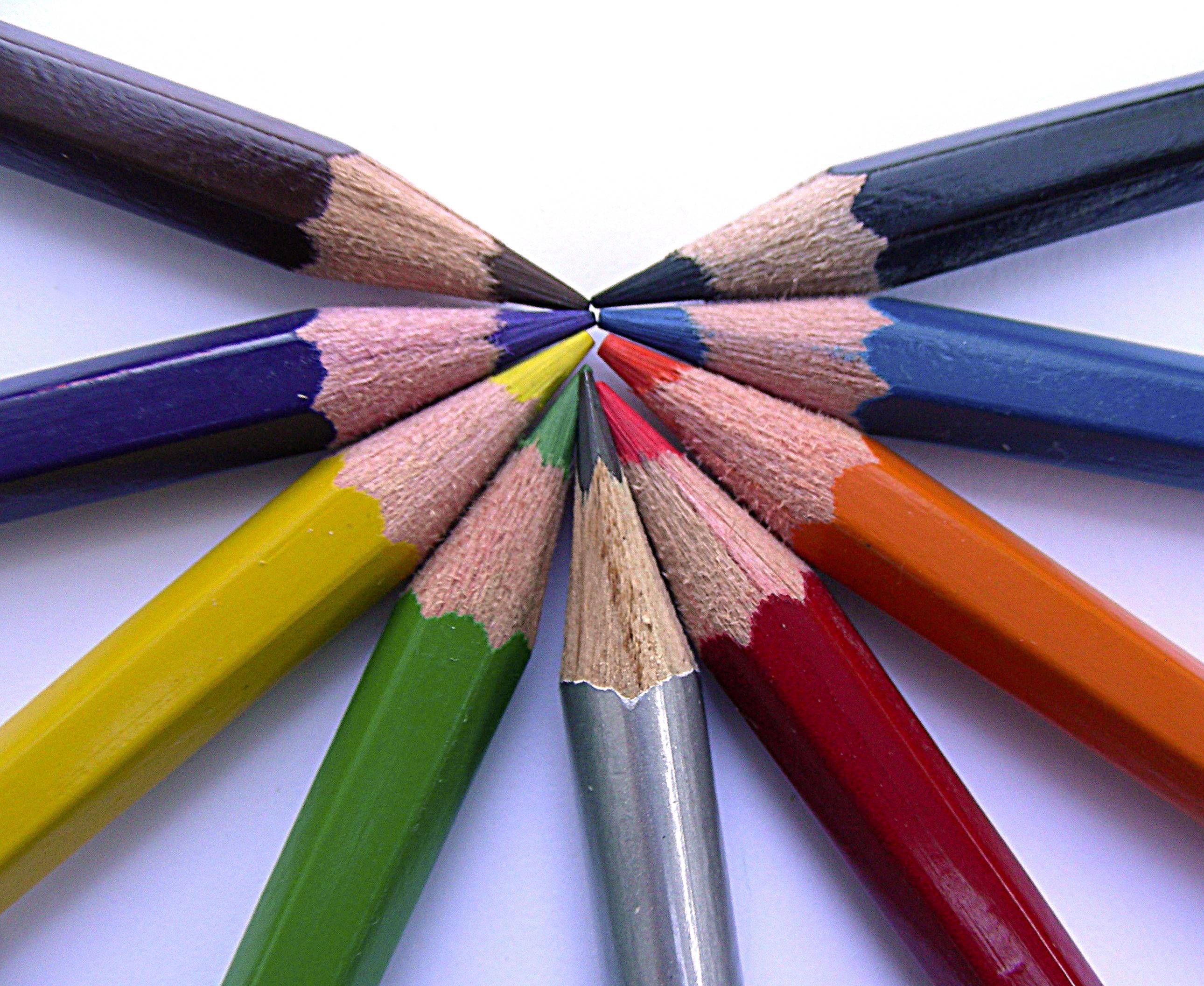 Einheit in der Vielfalt: Buntstifte liegen nebeneinander und bilden einen Halbkreis.