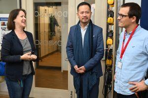 Die Studienräte Tanja Hofbeck und Martin Husch erklären Dr. Terry Qian (Mitte) das Konzept der Don-Bosco Berufsschule.