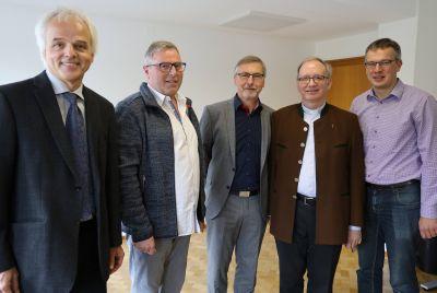Bei einer Feierstunde im Bischöflichen Ordinariat Würzburg sind am Mittwoch, 16. Oktober, Klaus Zaschka (2. von links) und Klaus Lehnert (3. von links), langjährige Mitarbeiter im Bischöflichen Bauamt, in den Ruhestand verabschiedet worden. Dank für das überdurchschnittliche Engagement und beste Wünsche für den neuen Lebensabschnitt gaben ihnen Burkhard Falkenberg (links), Leiter des Bischöflichen Bauamts, Generalvikar Thomas Keßler (2. von rechts) und Wolfgang Keller, stellvertretender Vorsitzender der Mitarbeitervertretung (MAV) des Bischöflichen Ordinariats, mit auf den Weg.