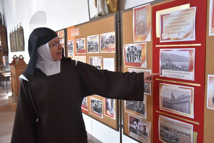Priorin Schwester Johanna Walz führt durch die Jubiläumsausstellung.