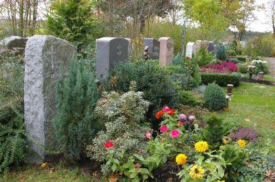 So viele Menschen wie an keinem anderen Tag im Jahr besuchen an Allerheiligen die Gräber ihrer Verstorbenen und beten dort für diese.