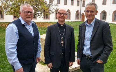 Im Würzburger Exerzitienhaus Himmelspforten traf Tassilo Forchheimer (rechts), Leiter des BR-Studios Franken, Bischof Dr. Franz Jung (Mitte) zu einem ersten Austausch. Links Eberhard Schellenberger, Leiter des BR-Studios Mainfranken.