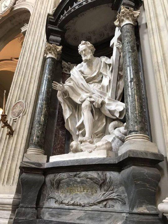 Die Philippusfigur in der Lateranbasilika in Rom scheint aus ihrer grünen Marmornische herauszutreten.