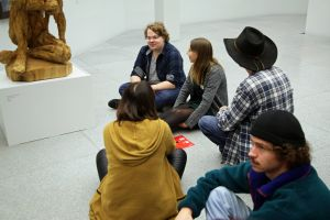 Die Studenten und Künstler philosophieren über die Kunstwerke.