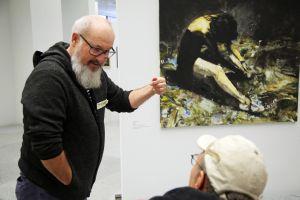 Der kommissarische Leiter des Museums am Dom Michael Koller  erklärt die Hintergründe eines Kunstwerks.
