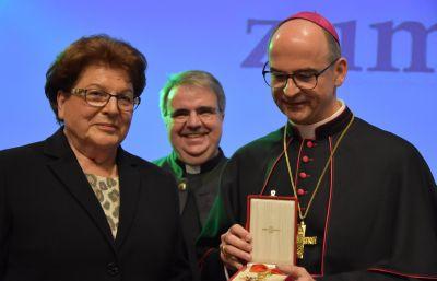 Den päpstlichen Gregoriusorden hat Bischof Dr. Franz Jung (rechts) im Auftrag von Papst Franziskus an Barbara Stamm, langjährige Landtagspräsidentin, überreicht. Im Hintergrund Domkapitular Clemens Bieber.