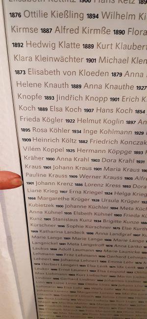Die Namen aller Ermordeten sind auf Stelen vermerkt. Der Finger deutet auf den Namen des Glattbacher Johannn Krenz.