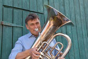 """Kilian Moritz (im Bild mit Tuba) gibt seine """"Frankehymne"""" gern zum Besten."""