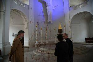 Der kommissarische Leiter des Kunstreferats des Bistums Würzburg, Künstlerin Gabi Weinkauf und Subregens Stefan Fleischmann begutachten die Kunstwerke der Installation.